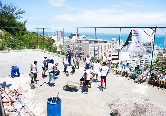 O incrível projeto que ajudou a revitalizar quadras de futebol nessas comunidades do RJ