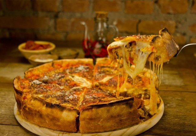 Restaurante faz sucesso reinventando a pizza; com queijo que não acaba mais