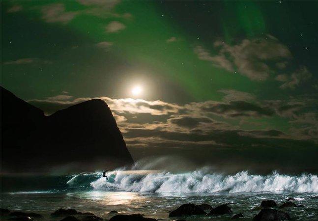 Ícone do surf mundial, Mick Fanning pega ondas geladas da Noruega durante aurora boreal