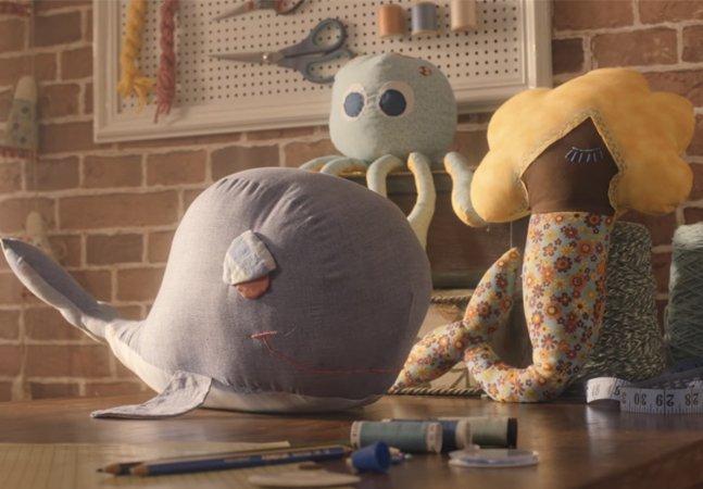 Roupas usadas de adultos viram brinquedos de pano para crianças em ação criativa de natal