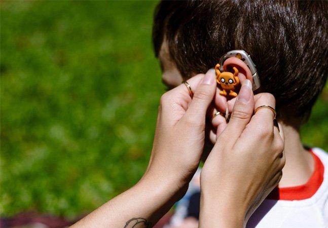 Para acabar com bullying mãe adapta aparelho auditivo de filho com super heróis