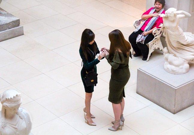 A reação desta senhora ao ver uma mulher pedindo sua namorada em casamento está conquistando a internet