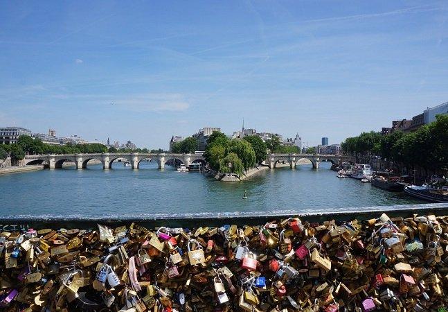 Paris vende antigos cadeados do amor para ajudar refugiados