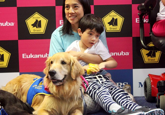 Primeiros cães de assistência são entregues a três famílias brasileiras com necessidades especiais