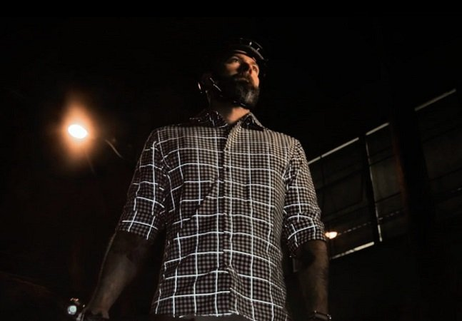 Esta camisa estilosa é feita de um tecido refletor que a torna duas vezes mais visível de noite