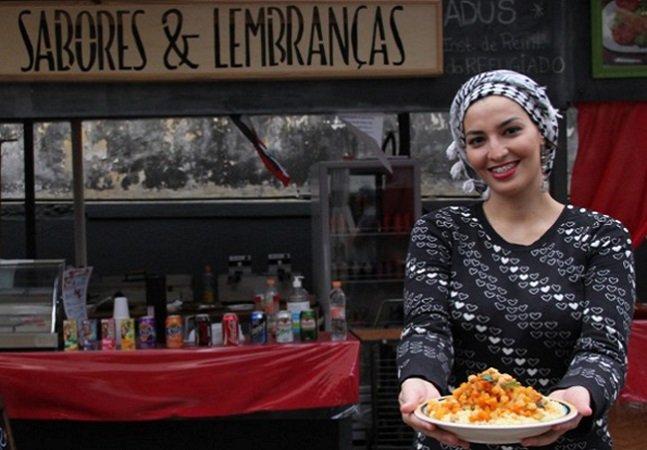 Casal de refugiados que se conheceu e se apaixonou no Brasil abre negócio de comida árabe em SP