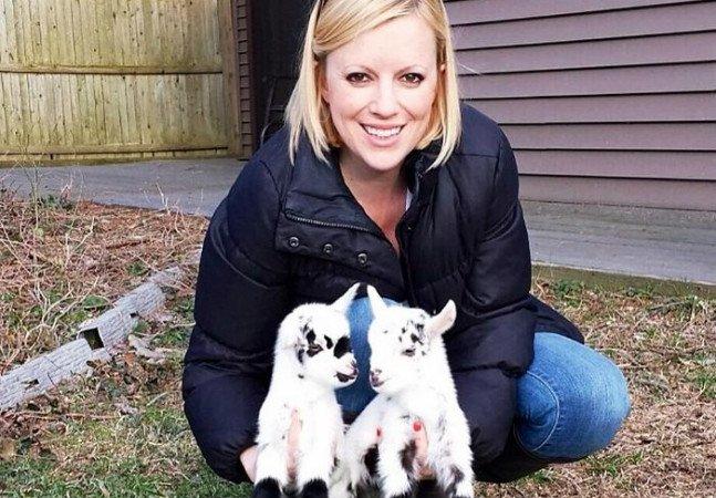 Ela largou um trabalho estressante na cidade para cuidar de bebês cabra com necessidades especiais