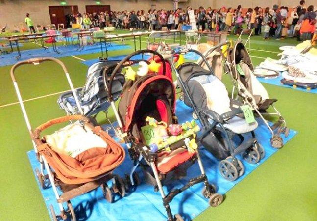 Todos os meses, esta cidade distribui roupas infantis e carrinhos de bebês