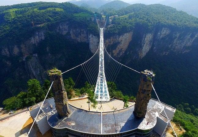 A maior ponte de vidro do mundo fica no parque natural de Zhangjiajie, na China