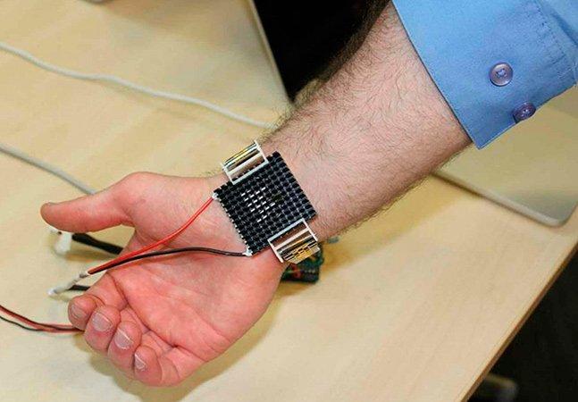 Esta pulseira inovadora funciona como um ar-condicionado portátil