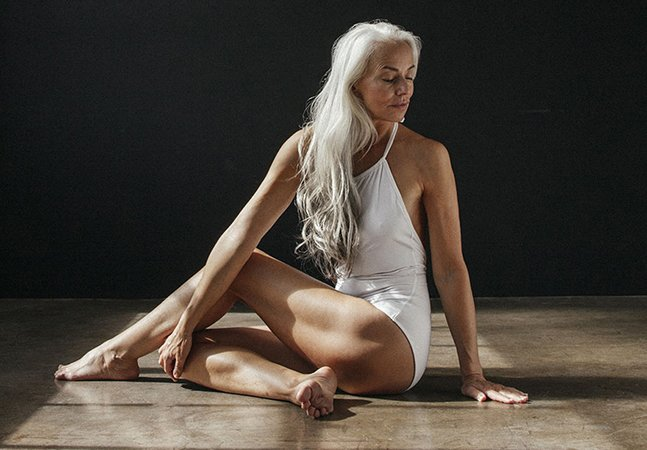 Modelo de 61 anos arrasa em campanha de moda praia e compartilha dicas para envelhecer com saúde