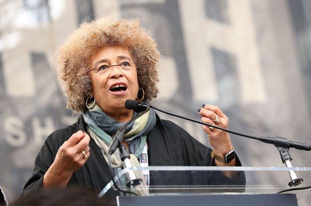 Angela discursando durante a recente Marcha das Mulheres