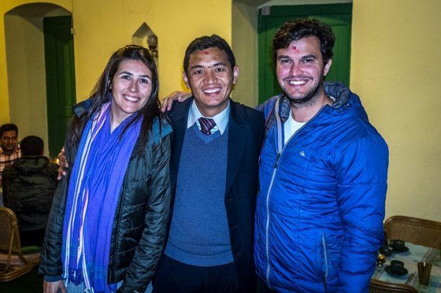 Leo e Rachel com amigo no Nepal