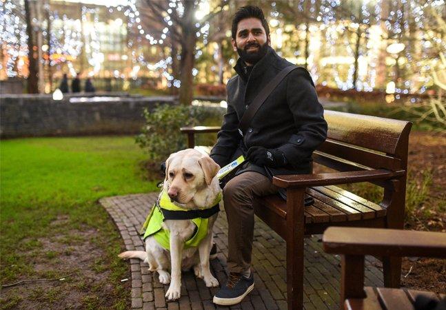 Deficiente visual coloca GoPro em seu cão-guia para ilustrar os abusos do cotidiano