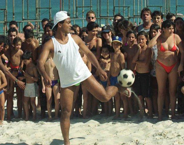 Romário jogando nos anos 1990...