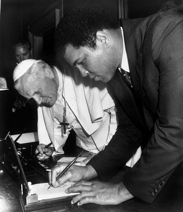 Ali assinando um autografo para o Papa João Paulo II
