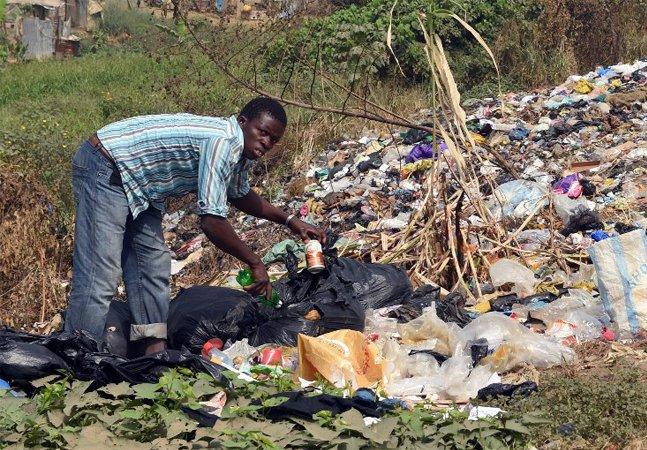 Oito pessoas detêm riqueza equivalente à metade mais pobre de toda a população mundial, alerta Oxfam