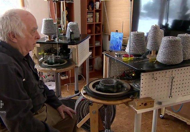 Este homem tem 88 anos e continua cosendo milhares de meias para pessoas em situação de rua