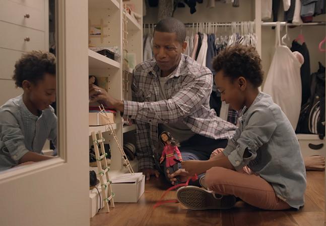 No novo comercial da Barbie os pais brincam com as bonecas com suas filhas