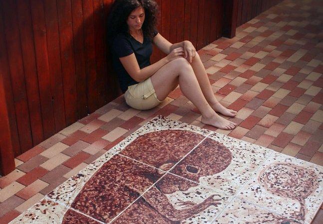 Artista usa fluxo menstrual para criar obras de arte que representam o processo de uma gravidez