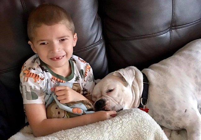 Este garotinho com deficiência na fala encontrou no cão surdo da família seu melhor amigo