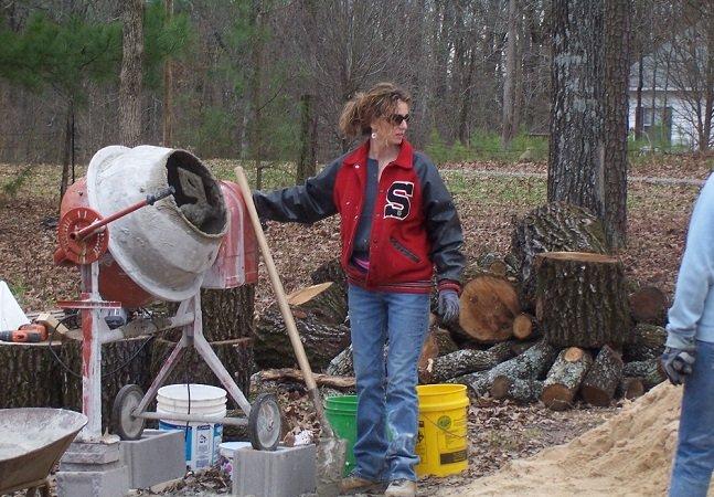 Mãe solo de quatro jovens constrói casa para a família usando apenas tutoriais do Youtube