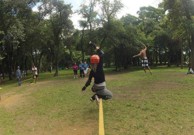 Slackline ao ar livre é hábito cada vez mais comum entre paulistanos; veja onde praticar