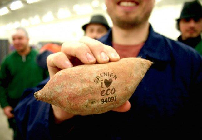 Supermercados na Suécia trocam etiquetas com cola por marcas a laser