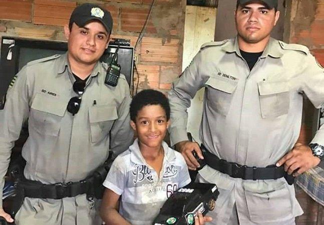 Dois policiais militares ajudaram esse menino que pegava o material escolar do lixo em Goiás