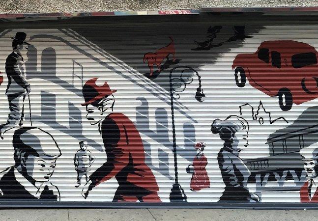 Em NY os grafiteiros estão transformando portões de lojas cinza em arte