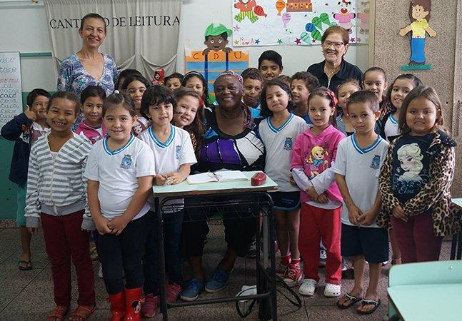 A história desta senhora de 65 anos que frequenta sala de aula com crianças de seis anos vai te emocionar