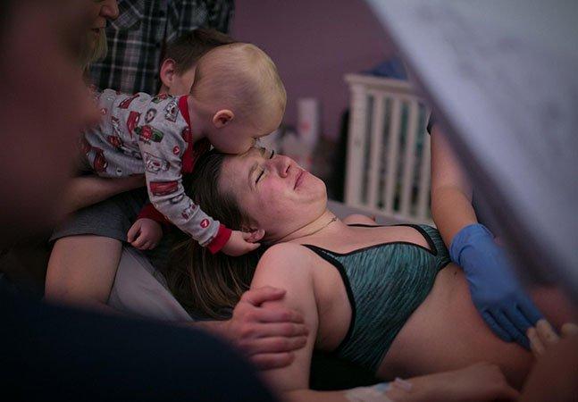As fotos deste parto de gêmeos feito em casa com ajuda do irmãozinho mais novo são maravilhosas
