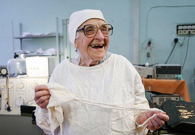 A cirurgiã mais velha do mundo tem 89 anos e continua operando várias vezes ao dia