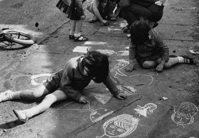 Fotos de brincadeiras antigas mostram como a tecnologia mudou a infância