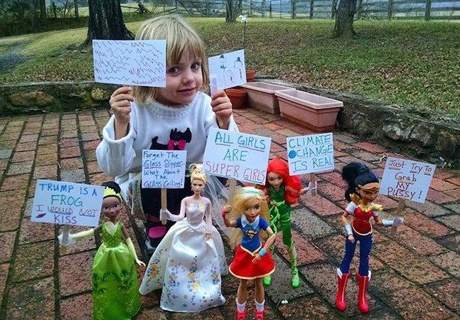 Essa menina de 4 anos pegou em suas bonecas e criou sua própria Marcha das Mulheres