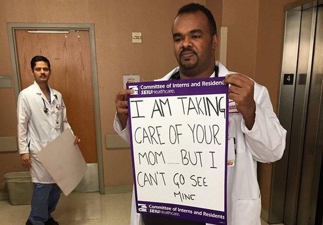 A tocante história por trás da foto viral desse médico proibido de voltar aos EUA