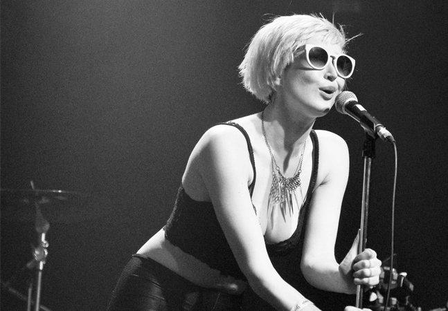 [VÍDEO] Vocalista da banda July Talk responde – e expulsa – machista que pediu pra ela 'mostrar os peitos' durante o show
