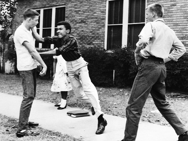 Estudante reage no Arkansas, em 1958, depois de ouvir que ele e sua irmã teriam de deixar a calçada para os jovens brancos passarem