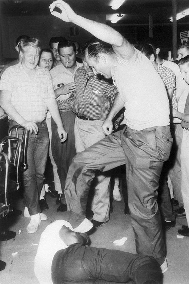 Policial aposentado espanca um estudante negro que estava somente esperando para ser atendido em uma lanchonete, enquanto as pessoas incentivam e observam ao redor