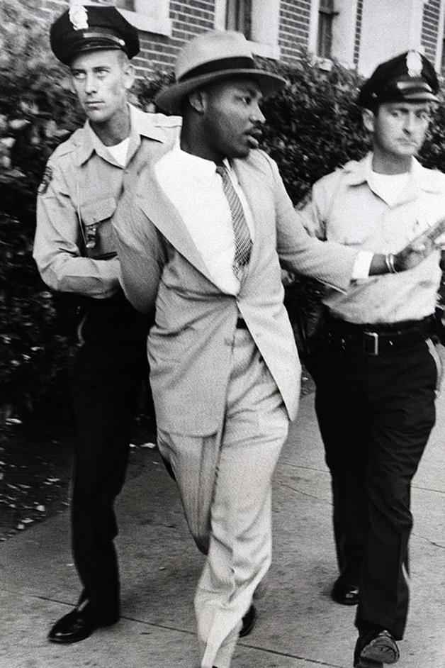 Martin Luther King Jr. sendo preso por se aproximar de um tribunal onde um racista estava sendo julgado, em 1958. Depois dessa foto, o reverendo foi espancado pelos policiais.