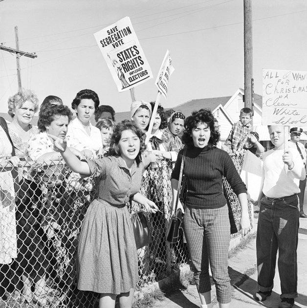 """Protesto contra integração nas escolas em 1960. O cartaz à direita diz: """"Tudo que eu quero ganhar neste Natal é uma escola branca e limpa""""."""