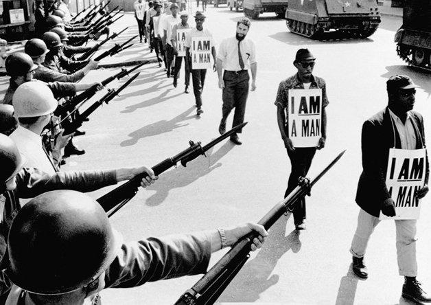 """Ativistas com cartazes escritos: """"Eu sou um homem"""" são impedidos de protestar no Tennessee, em 1968"""