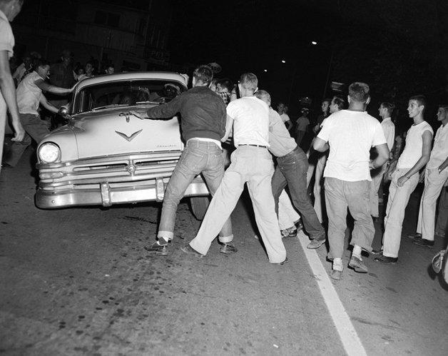 Ataque contra um carro com passageiros negros em um protesto contra a integração racial em 1956