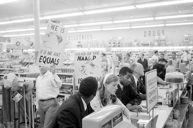 Membros do Partido Nazista Americano intimidando a convivência entre brancos e negros no estado da Virginia, em 1960