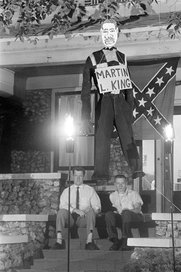 """Opositores da lei dos direitos civis """"enforcam"""" boneco representando Martin Luther King no Alabama, em 1963"""