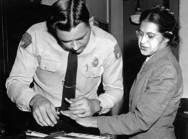 A grande Rosa Parks sendo presa no Alabama, em 1956, poucos meses após ter se recusado a ceder seu lugar em um ônibus para um passageiro branco - gesto que levou ao boicote dos ônibus pela população negra e tornou-se um marco na luta pelos direitos civis
