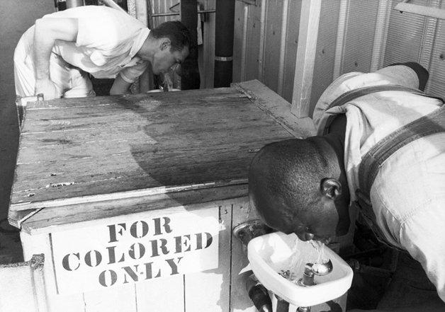 """Bebedouros """"somente para pessoas de cor"""""""