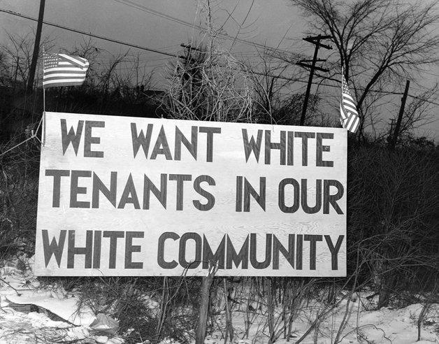 """Placa em Detroit, em 1942: """"Queremos moradores brancos em nossa comunidade branca"""""""