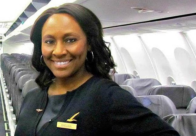 Aeromoça deixa bilhete pra menina no banheiro e consegue resgatá-la de tráfico humano dentro do avião
