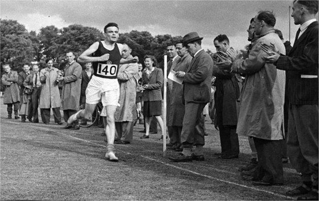 Turing terminando uma maratona em sua juventude